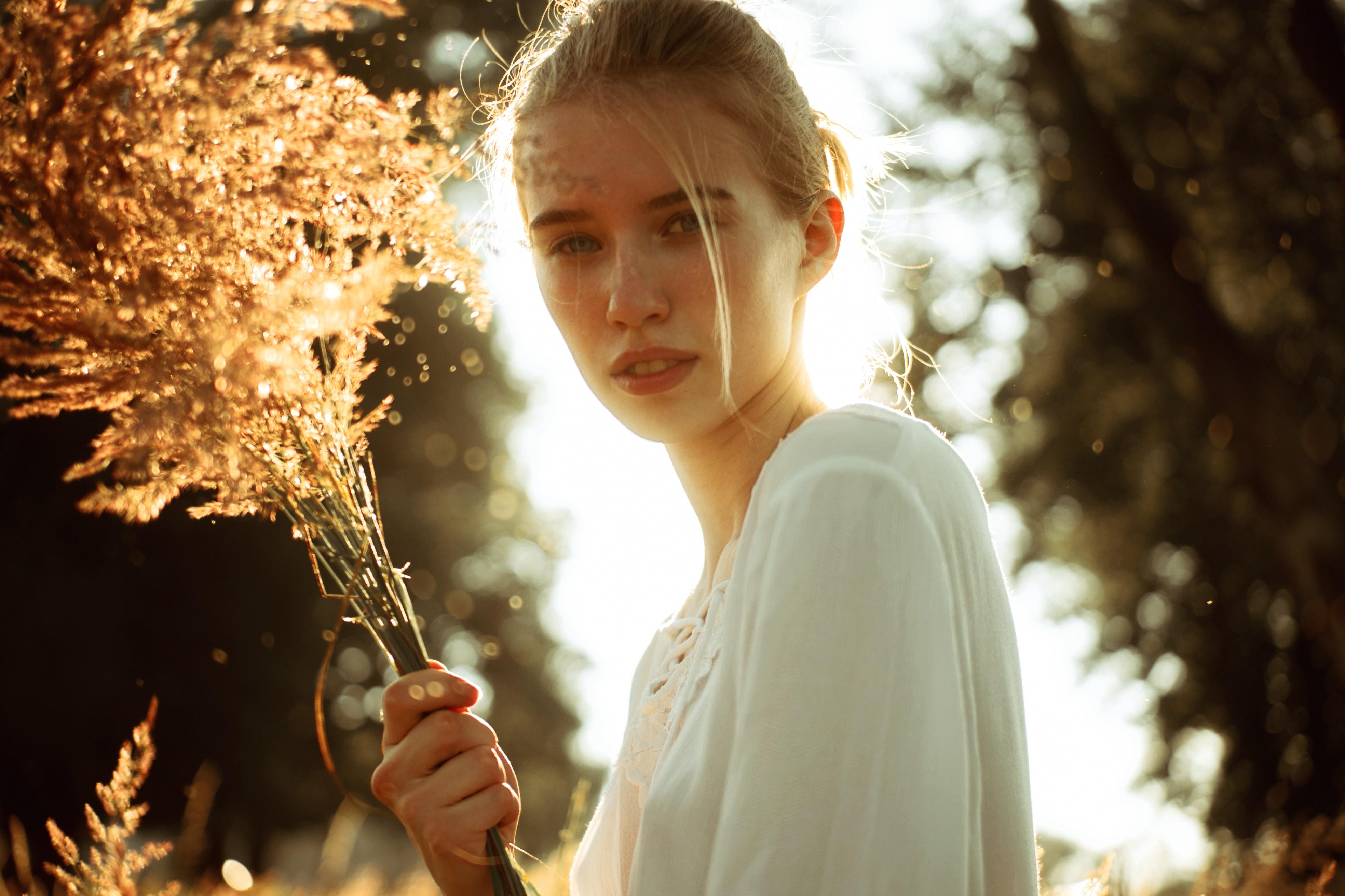 Здрава и блестяща: Как да се грижим за косата в сезона на косопада?